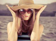 vrouw met oversized zonnebril