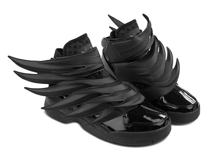 3D Jeremy Sott Adidas Wings sneakers. Alles over de Jeremy Scott Adidas sneakers: het 3D wings design voor heren. Zwarte lak sneakers. Bekijk hier.