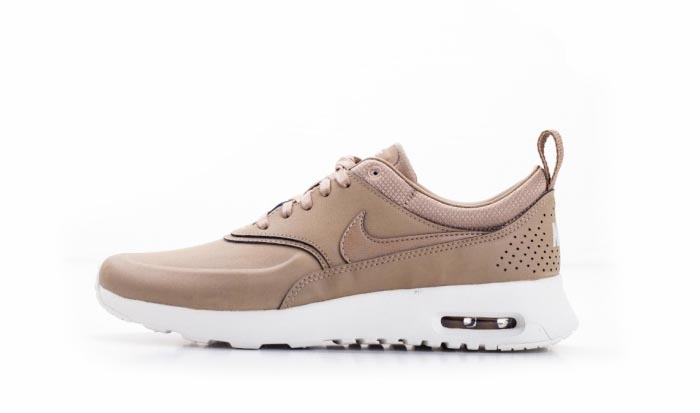 Nike Air Max Thea beige leren sneakers. Bekroond tot fashion musthave: deze Nike Air