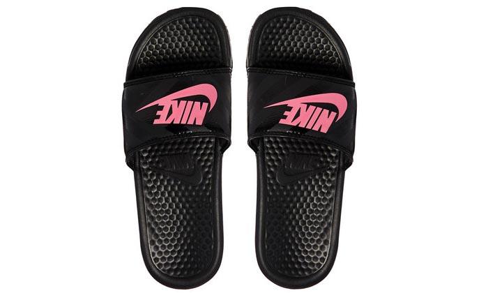 Nike logo slippers. Bekijk hier gave Nike logo slippers, Razend populair deze zomer.