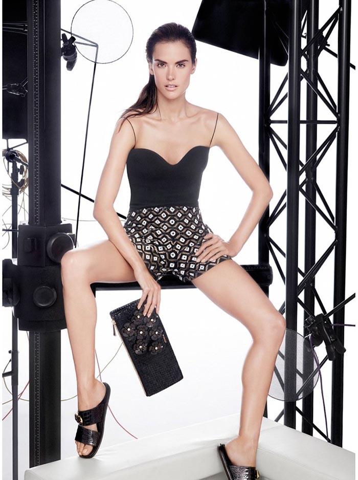 Alessandra Ambrosio straalt voor Pinko 2014. Topmodel Alessandra Ambrosio is het nieuwe gezicht van de lente/zomer campagne van Pinko 2014. Lees alles!