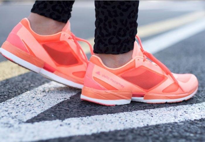 Sport musthave: Adidas by Stella McCartney. Bekijk hier de musthave van Adidas by Stella McCartney. Ga fashionable sporten met deze sneakers!