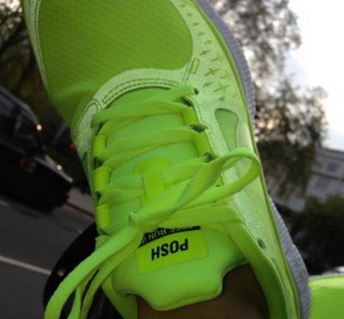 Gespot: Victoria Beckham tweet haar Nike sneakers. Bekijk hier de Nike sneakers van  Victoria Beckham. Onlangs gespot aan haar voeten!