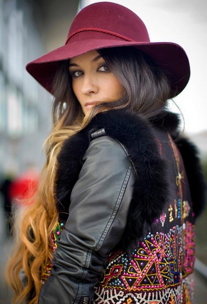 Streetstyle: burgundy is hot. Shop deze kleur aankomend najaar. Van schoenen en kleding tot tassen en hoeden. Ontdek streetstyle inspiratie hier.