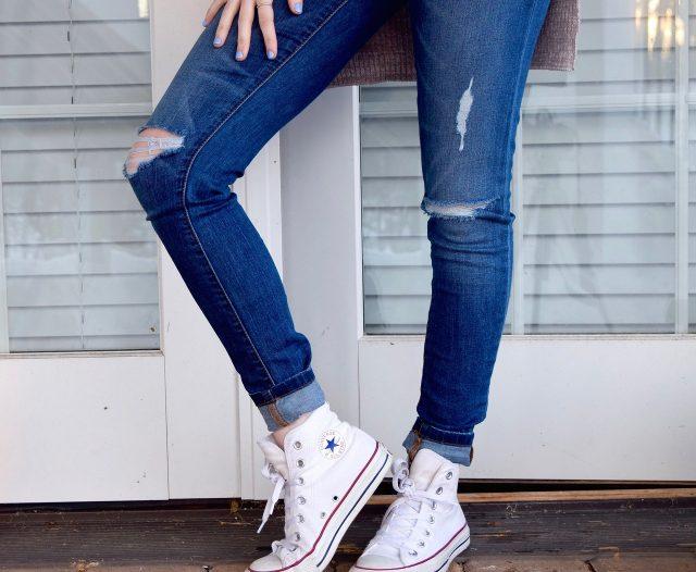 spijkerbroek en schoenen