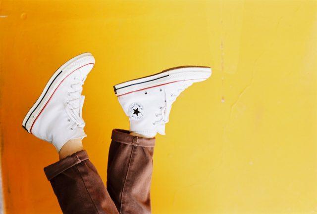 sneakers op de kop weergegeven