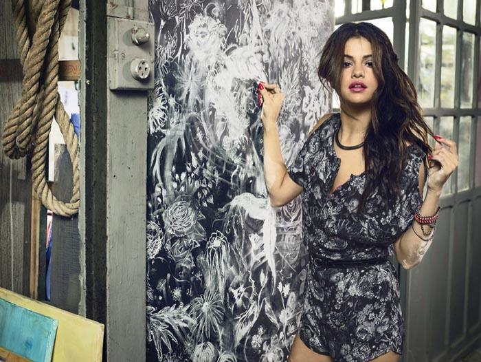 Selena Gomez Neo Adidas collectie 2014. Alles over de Selena Gomez Neo Adidas collectie 2014. Grunge, bloemenprints, doodskoppen T-shirts. Ontdek hier.