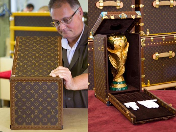 Louis Vuitton ontwerpt tas voor WK 2014. Modehuis Louis Vuitton heeft een speciale trofee tas voor de WK cup van 2014 ontworpen. Bekijk nu.