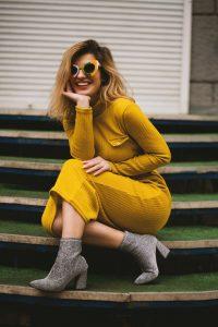 vrouw met gele jurk